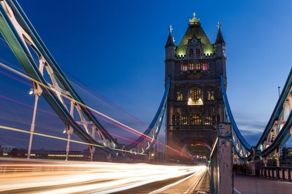 Londons Tower Bridge bei Nacht