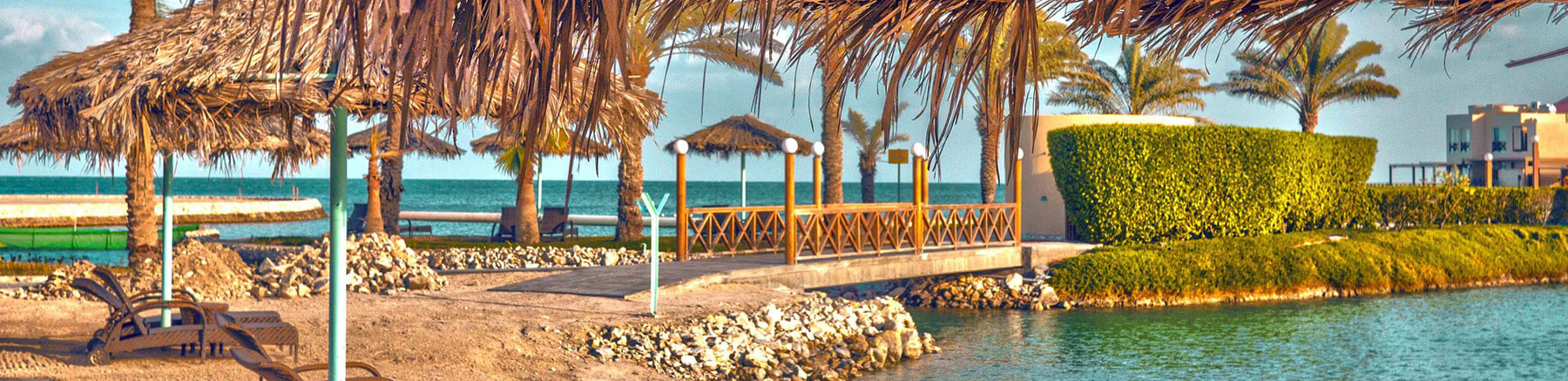 Strand met ligstoel in Al Bandar Resort in Bahrein